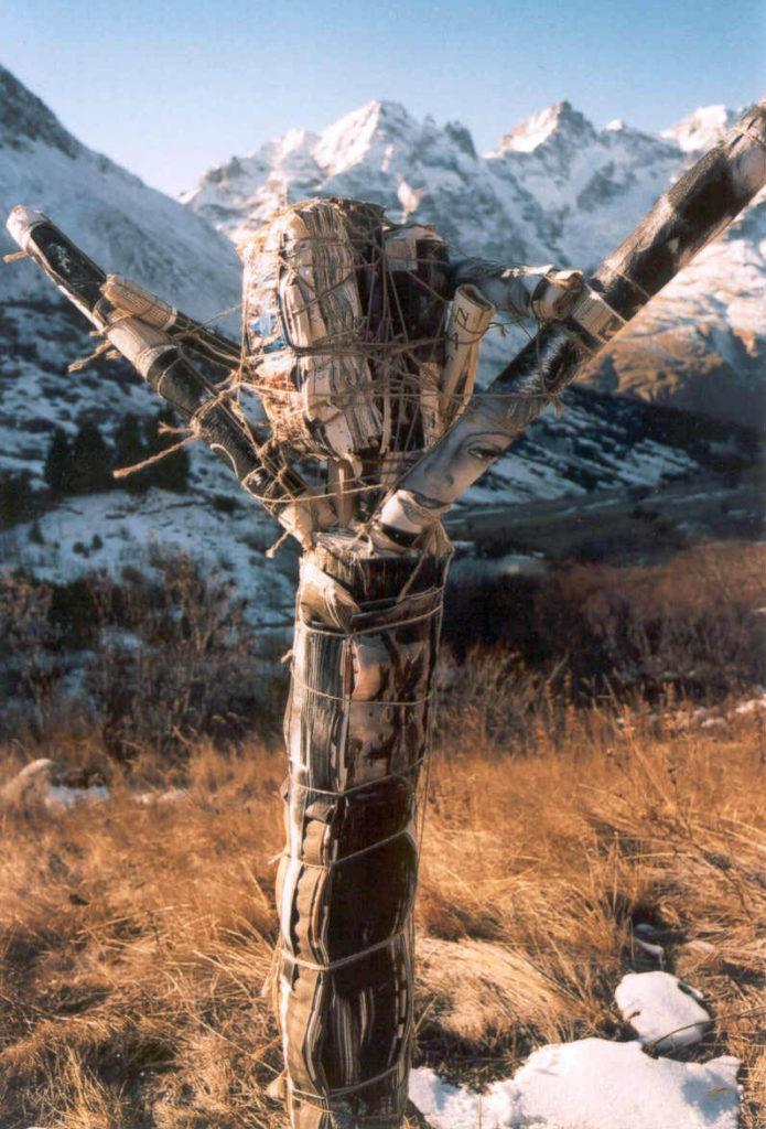 Photo de NRC : un totem de bois, magazines et ficelle.