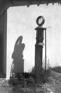 Photo de NRC : une vieille pompe à essence en noir et blanc