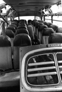 Photo de HZO : l'intérieur d'un bus laissé à l'abandon